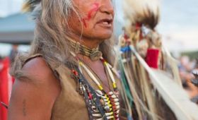 El indio 'Pequeño True-no' protesta en Dakota. ROBYN BECKAFP